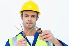 Przystojny elektryka rozcięcia drut z cążkami Zdjęcia Stock