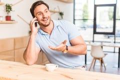 przystojny emocjonalny mężczyzna opowiada telefonem Fotografia Stock