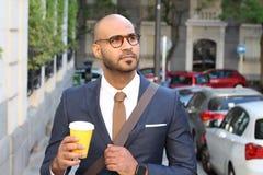Przystojny etniczny biznesmen trzyma fili?ank? outdoors obrazy royalty free