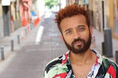 Przystojny etniczny mężczyzna z niebieskimi oczami outdoors obrazy stock