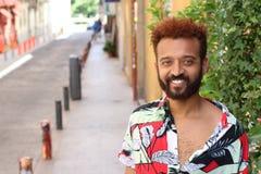 Przystojny etniczny mężczyzna z niebieskimi oczami outdoors obraz stock