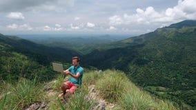 Przystojny europejski mężczyzna freelancer pracuje na laptopie outdoors w górach zbiory wideo