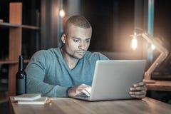 Przystojny IT facet bada nowego laptop fotografia stock