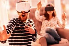 Przystojny facet bawić się nową wirtualną grę obrazy stock
