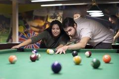Przystojny facet i piÄ™kna dziewczyna bawić siÄ™ billiards zdjęcie royalty free