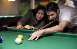 Przystojny facet i piękna dziewczyna bawić się billiards obraz royalty free