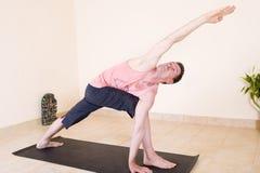 przystojny facet jogi dojrzały, Obrazy Stock