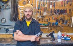 Przystojny facet w warsztacie z narzędziem obrazy stock