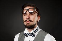 Przystojny facet z brodą i wąsy w kostiumu Obrazy Royalty Free