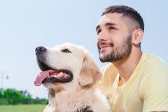 Przystojny facet z jego psem obrazy stock