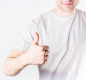 Przystojny faceta modnisia seansu ok symbol w biały koszulowy ono uśmiecha się, obraz royalty free
