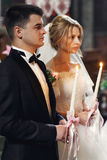 Przystojny fornal w kostiumu i pięknym blondynki panny młodej mienia cand Zdjęcia Stock