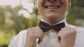Przystojny fornal załatwia jego łęku krawat Zamyka w górę strzału Ślubny ranek swobodny ruch zbiory wideo