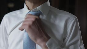 Przystojny fornal za?atwia jego b??kitnego ??ku krawat ?lubny ranek Biznesmen zbiory wideo