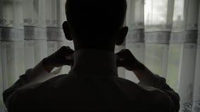 Przystojny fornal za?atwia jego koszula ?lubny ranek sylwetka swobodny ruch zbiory wideo