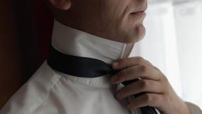Przystojny fornal za?atwia jego krawat ?lubny ranek Biznesmen swobodny ruch zdjęcie wideo