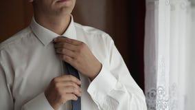 Przystojny fornal za?atwia jego krawat ?lubny ranek Biznesmen swobodny ruch zbiory wideo