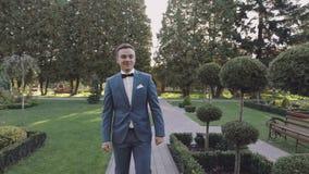 Przystojny fornala odprowadzenie przez parka Przygotowywający mężczyzna kilka dni ubranie szczęśliwy roczna ślub swobodny ruch zbiory wideo
