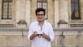 Przystojny freelancer w białej koszula bierze obrazek Paryska architektura zdjęcie wideo