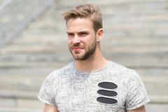 Przystojny i atrakcyjny Przystojny mężczyzna w lato stylu na słonecznym dniu Kaukaski facet z seksowną brodą na nieogolony przyst obrazy royalty free
