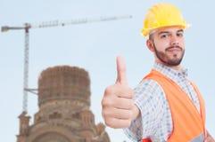 Przystojny inżynier pokazuje kciuk up w zbliżeniu Fotografia Royalty Free