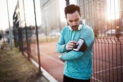 Przystojny jogger słucha muzyka fotografia stock