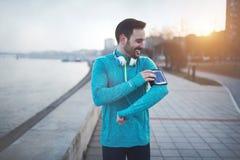 Przystojny jogger słucha muzyka obraz royalty free
