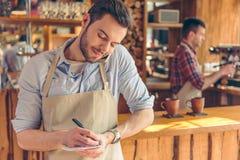 Przystojny kelner przy kawiarnią Zdjęcie Stock