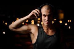 Przystojny klub nocny DJ w hełmofonach czuje muzykę fotografia stock