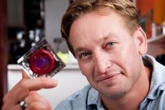 przystojny kondoma mężczyzna zawijał Fotografia Royalty Free