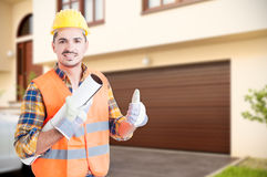Przystojny konstruktor robi kciuka up gestowi Zdjęcia Royalty Free