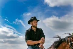 Przystojny kowboj, koński jeździec na comberze adn, horseback inicjuje zdjęcia stock
