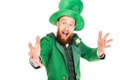 Przystojny leprechaun w zielonym kostiumu i kapeluszu Fotografia Stock