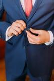 Przystojny luksus ubierał mężczyzna w eleganckim błękitnym kostiumu z zapinać jego kurtkę Cllose-up Fotografia Royalty Free