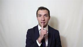 Przystojny młody człowiek dzwoni dla ciszy przynosi palec jego usta zdjęcie wideo