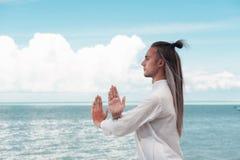 Przystojny mężczyzna ćwiczy Taijiquan na plaży zdjęcia royalty free