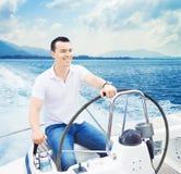 Przystojny mężczyzna żeglowanie w morzu Zdjęcie Stock