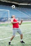 Przystojny mężczyzna Bawić się futbol zdjęcia royalty free