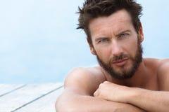 Przystojny mężczyzna bez koszula Pozuje przy morzem Obraz Stock