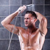 Przystojny mężczyzna bierze prysznic Zdjęcie Royalty Free