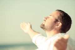 Przystojny mężczyzna cieszy się życie przy plażą Zdjęcie Royalty Free