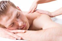 Przystojny mężczyzna cieszy się głębokiego tkanka plecy masaż Obrazy Royalty Free