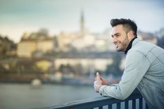 Przystojny mężczyzna cieszy się miasto widok zdjęcie stock