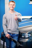 Przystojny mężczyzna czyści jego samochód Obrazy Royalty Free