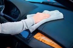 Przystojny mężczyzna czyści jego samochód Zdjęcia Royalty Free
