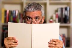 Przystojny mężczyzna czytanie Obraz Stock