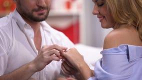 Przystojny mężczyzna daje damie pięknemu złotemu pierścionkowi na st walentynek dniu, rocznica zbiory