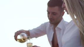 Przystojny mężczyzna dolewania szampan w wineglasses Miłości pary relaksować plenerowy zdjęcie wideo