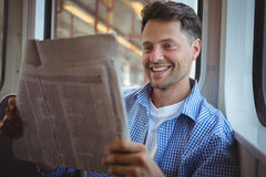 przystojny mężczyzna gazety czytanie Obraz Royalty Free