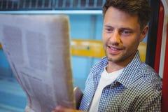 przystojny mężczyzna gazety czytanie Zdjęcia Stock